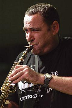 Gilad_atzmon_solo_by_Howard_denner.jpg